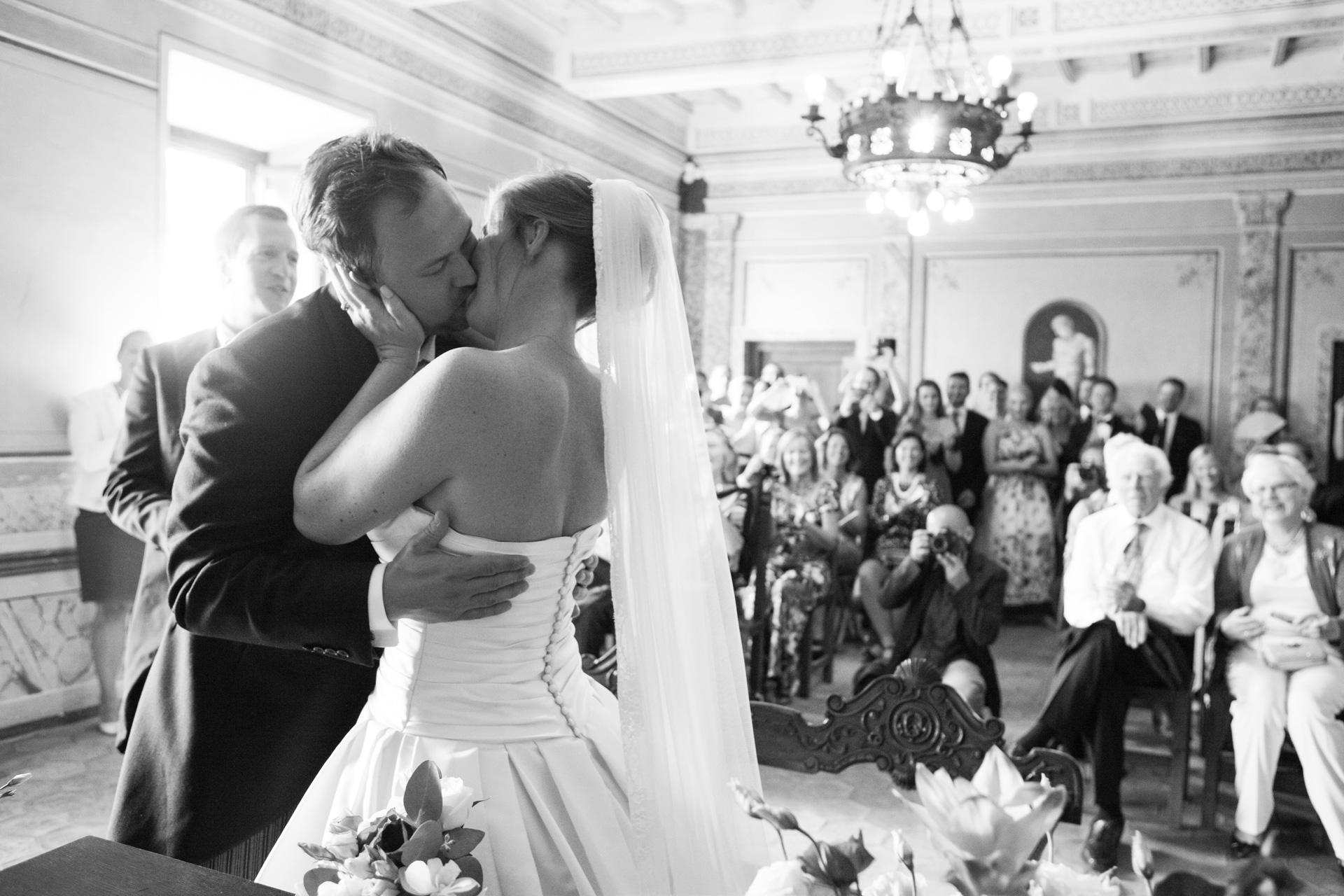 bacio degli sposi al comune di Trevignano