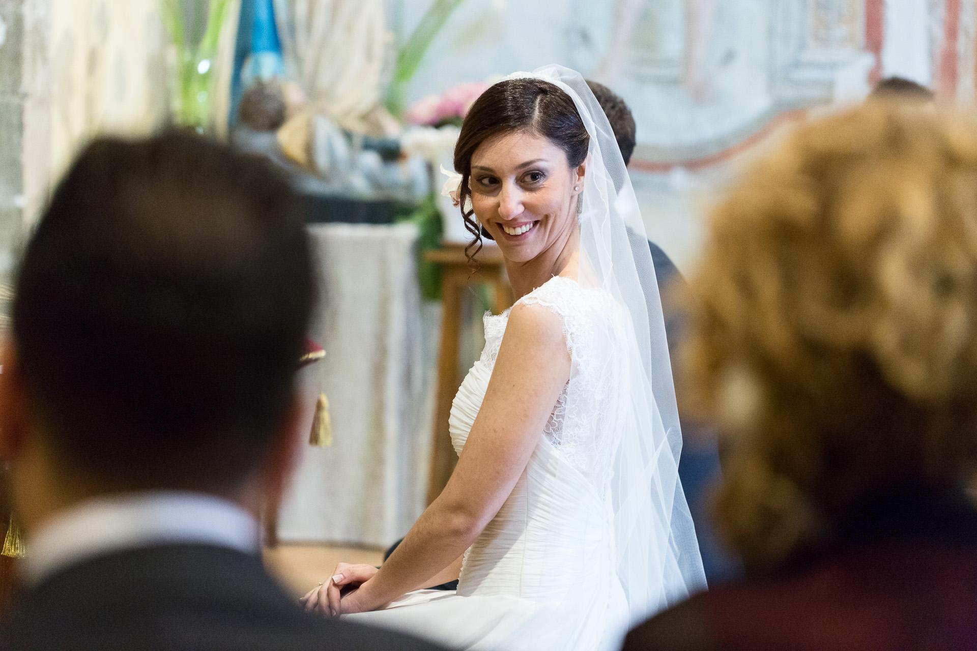 sguardo d'intesa con la testimone della sposa
