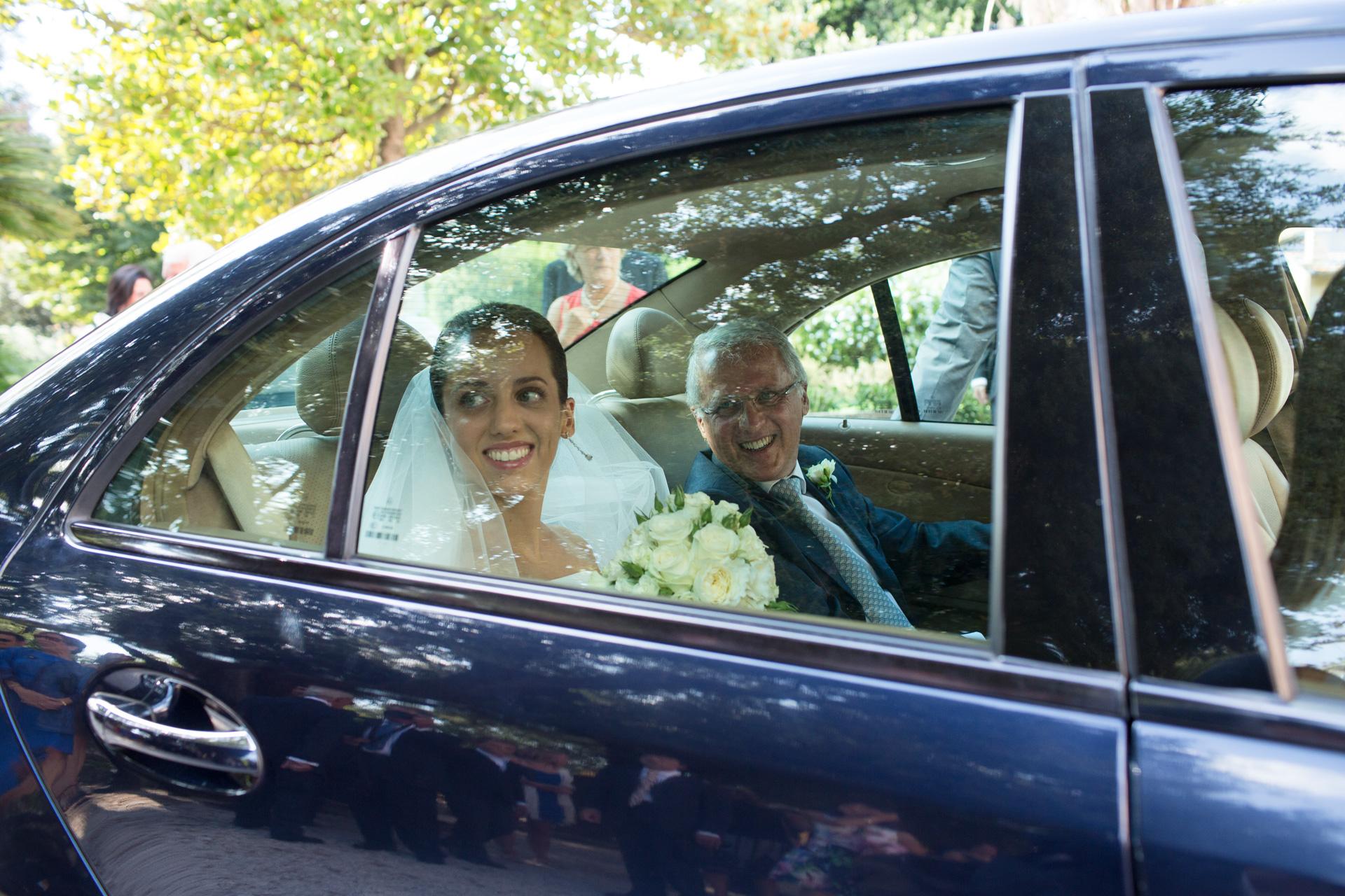 la sposa in macchina con il padre