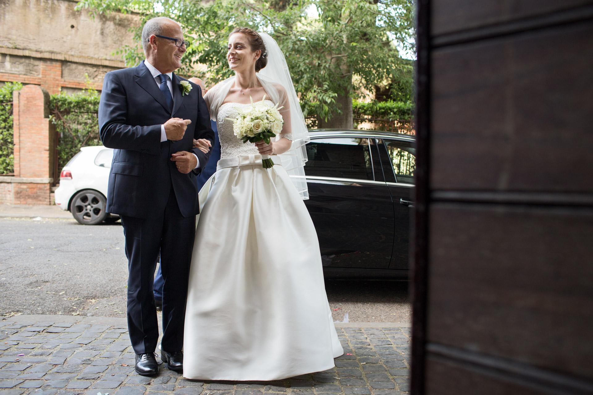 la sposa e il padre sotto braccio