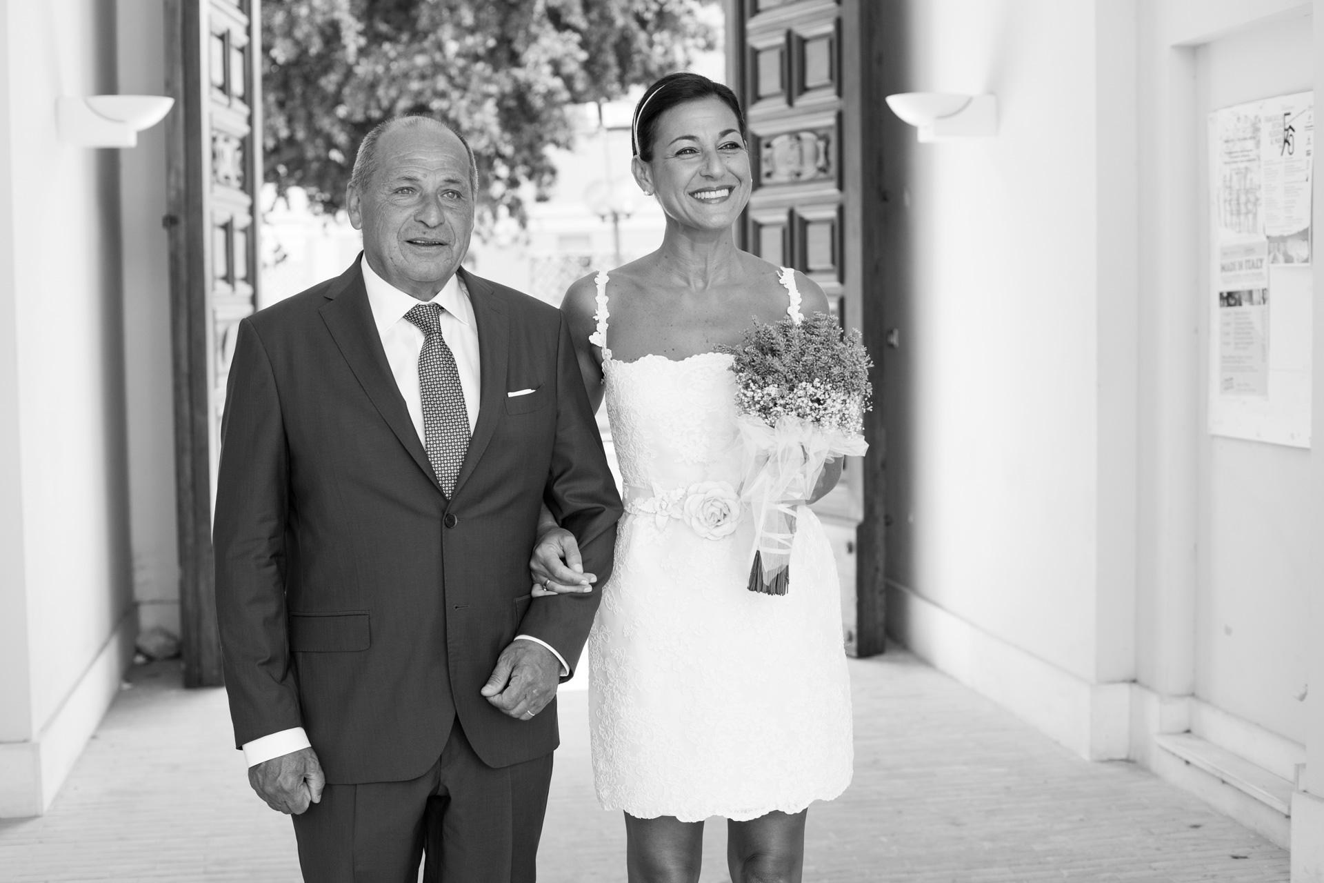 il padre e la sposa sotto braccio