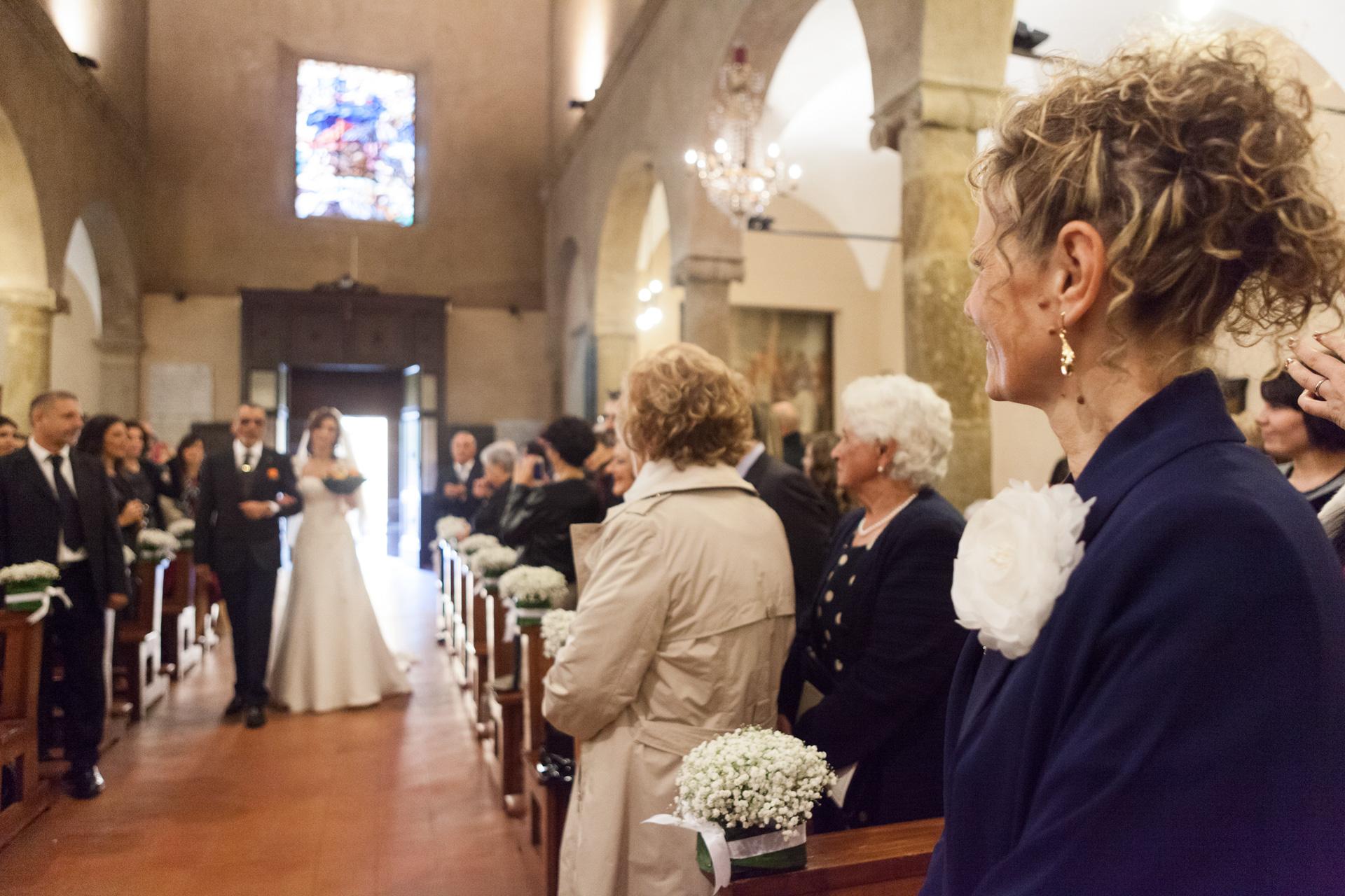la mamma durante l'ingresso della sposa