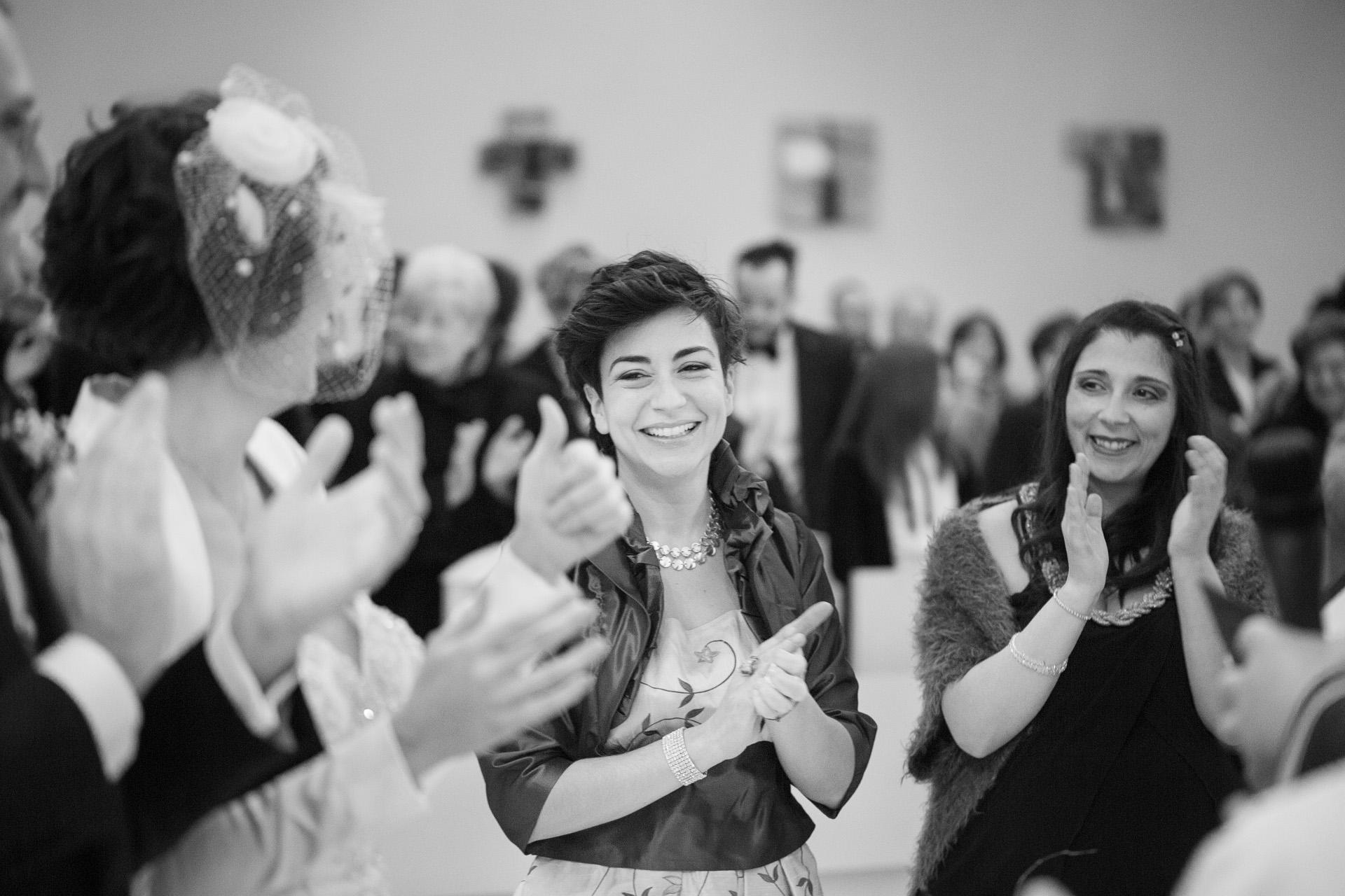 le testimoni della sposa applaudono