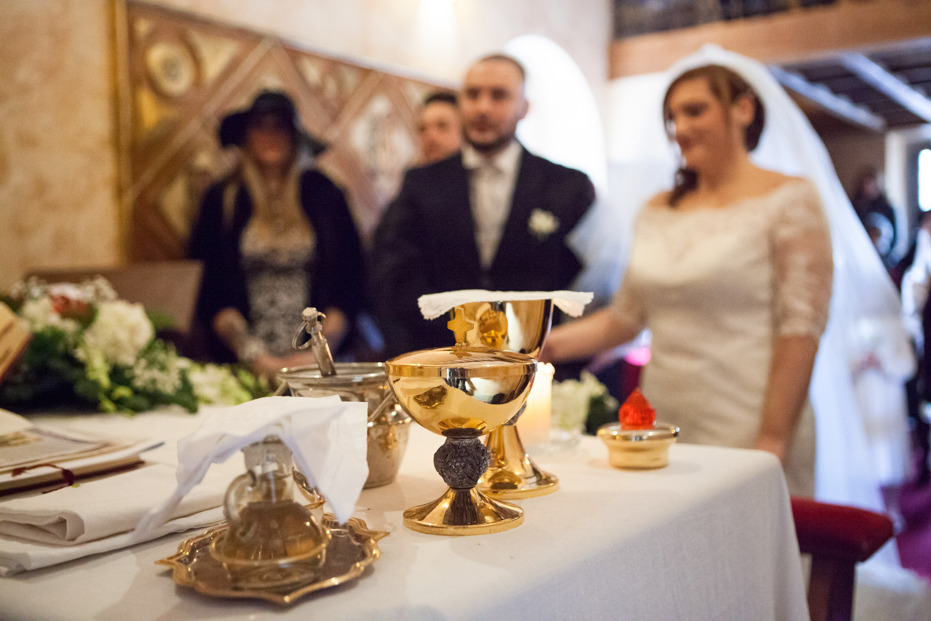 dettagli dell'altare duirante il matrimonio