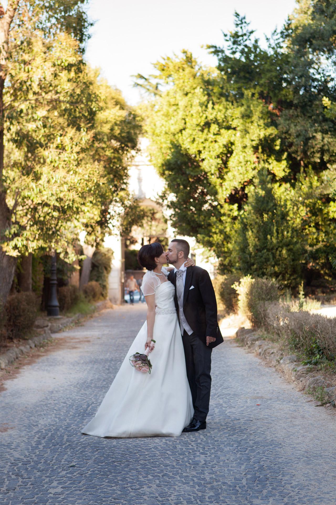 bacio degli sposi a Villa Celimontana