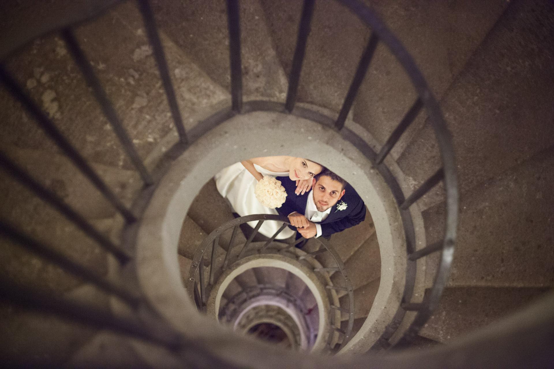 sposi sulla scala a chiocciola