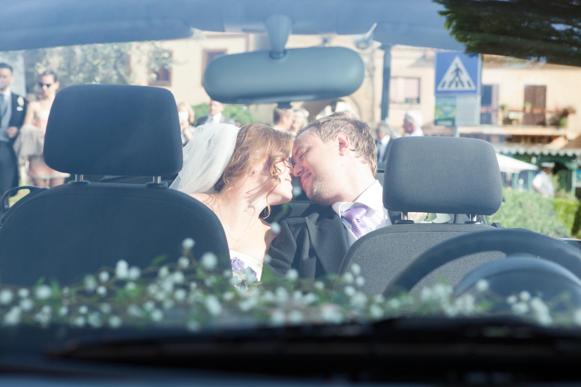 sposi in macchina decappottabile