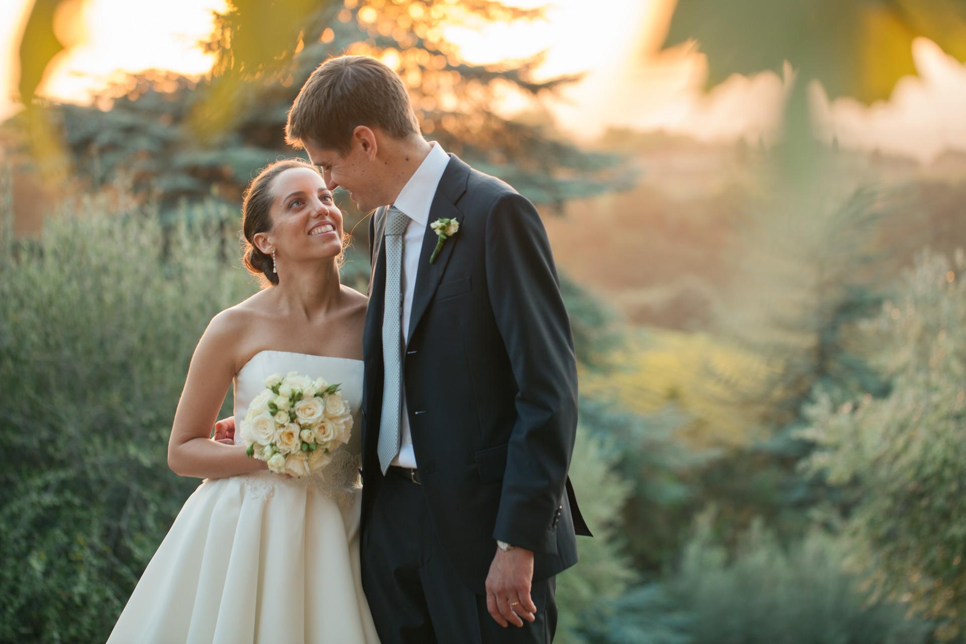 shooting di matrimonio nella natura al tramonto