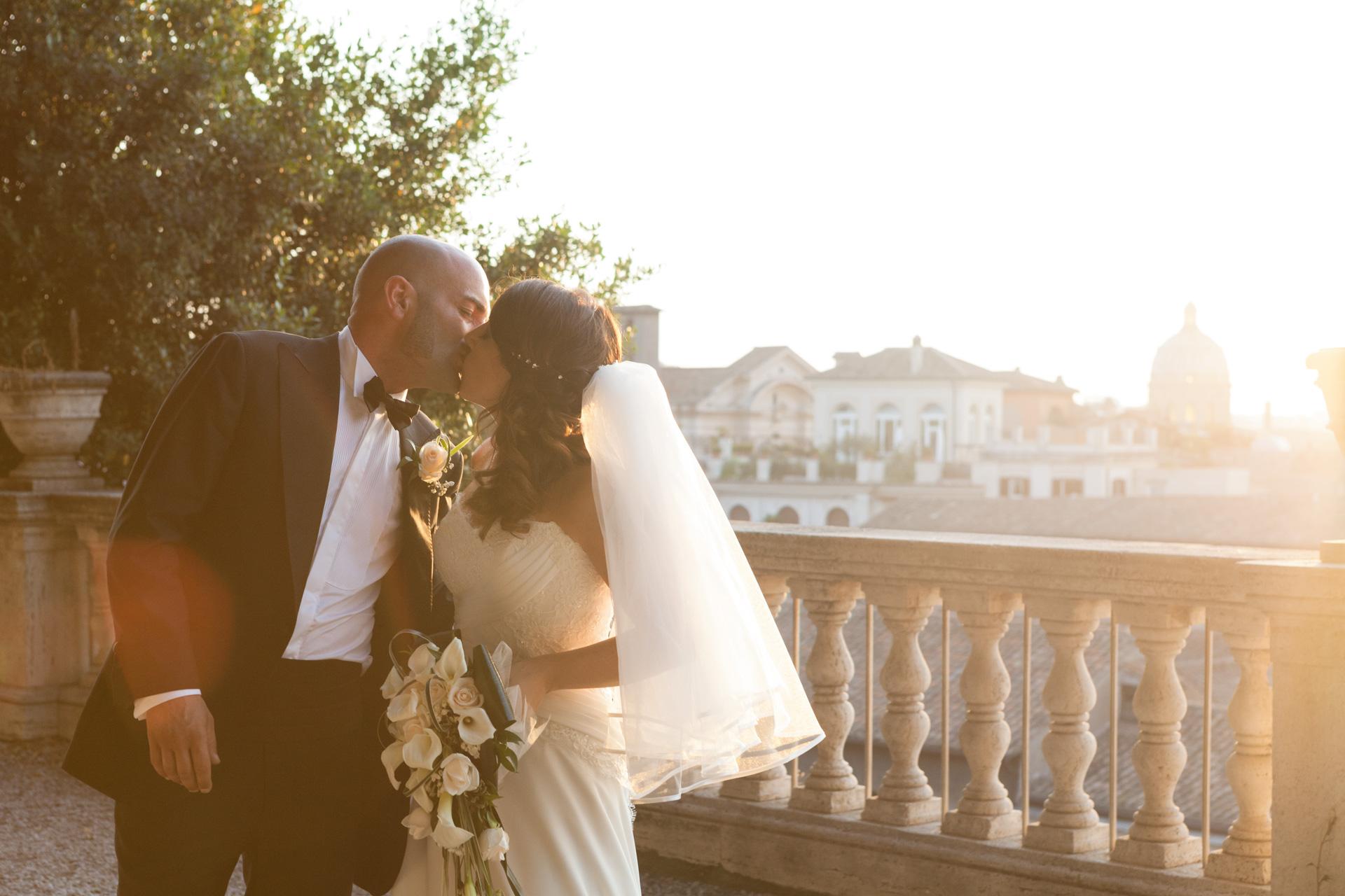 bacio degli sposi sulla terrazza della Caffarella