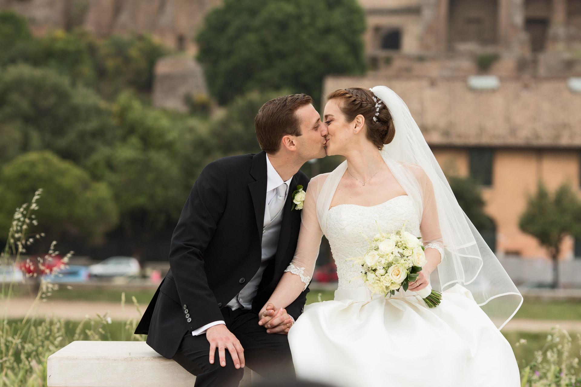 bacio degli sposi di fronte al Palatino
