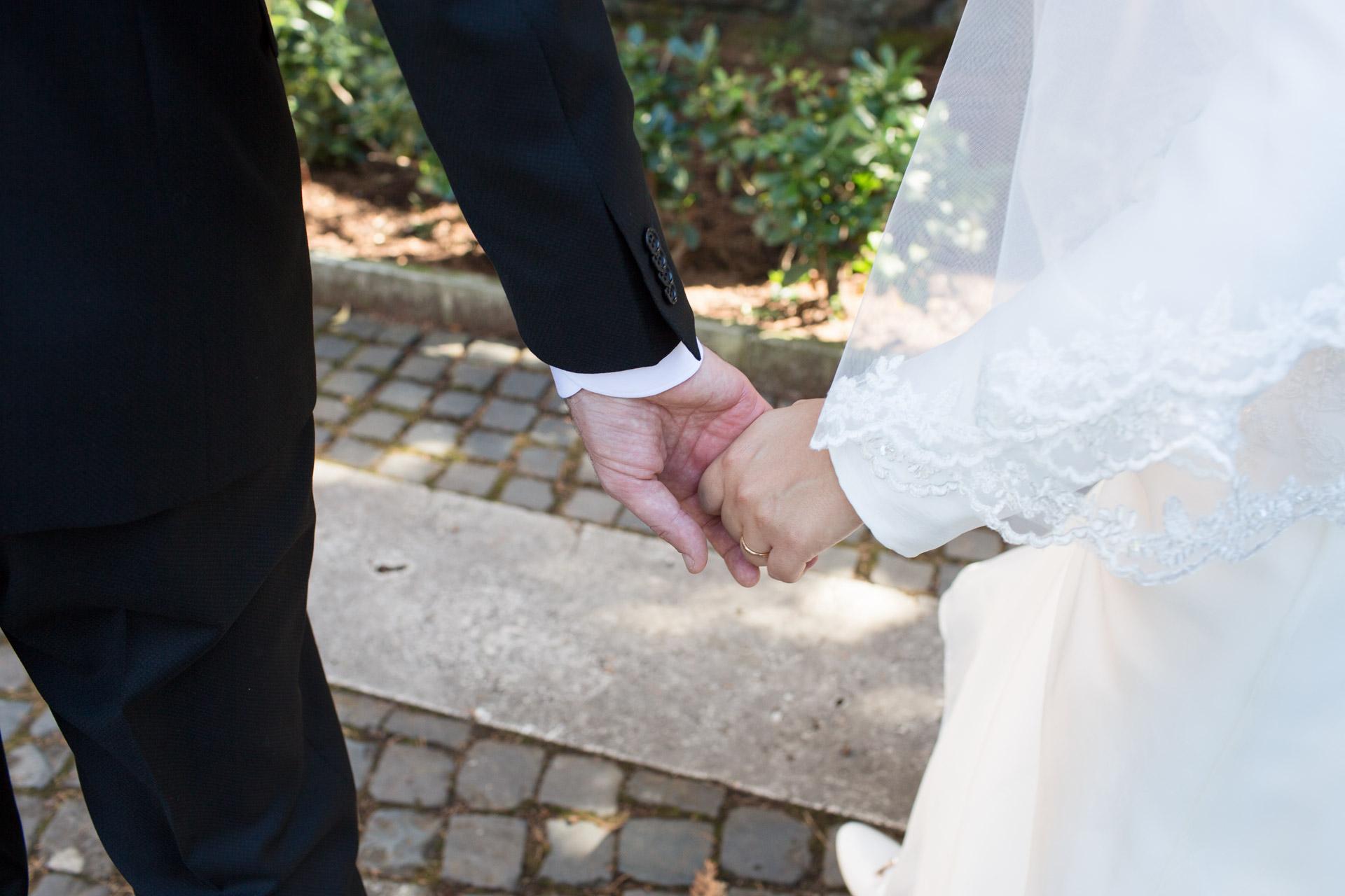 sposi mano nella mano