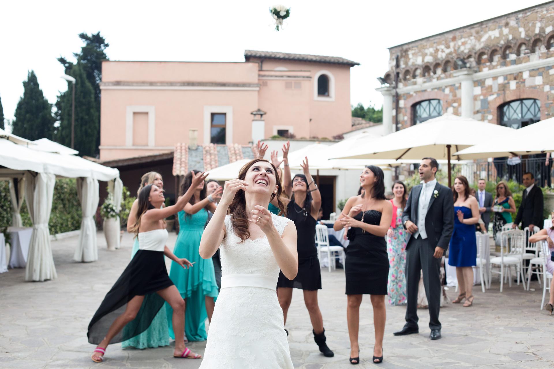 lancio del bouquet alla Villa dei Cesari