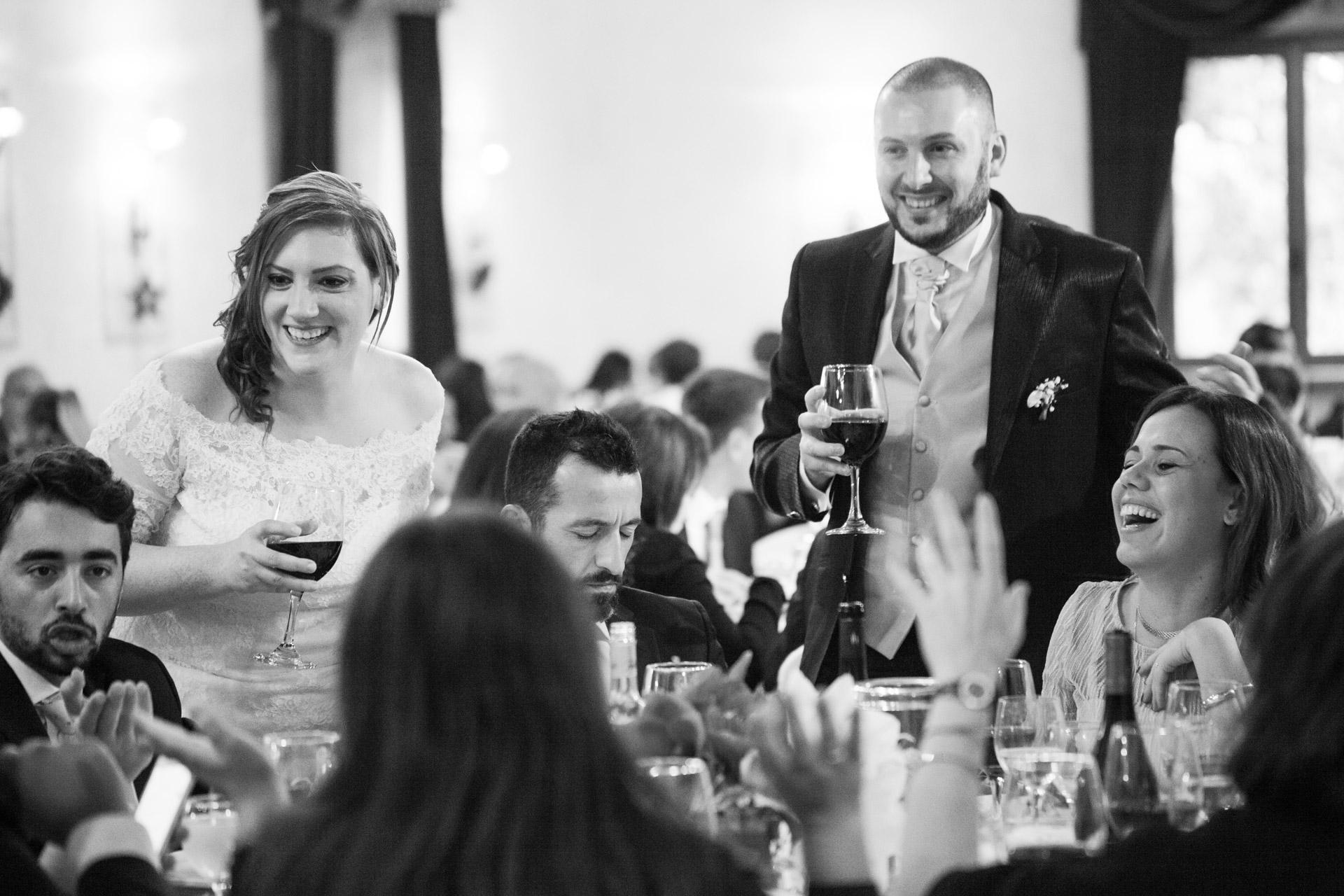 un brindisi degli sposi tra i tavoli