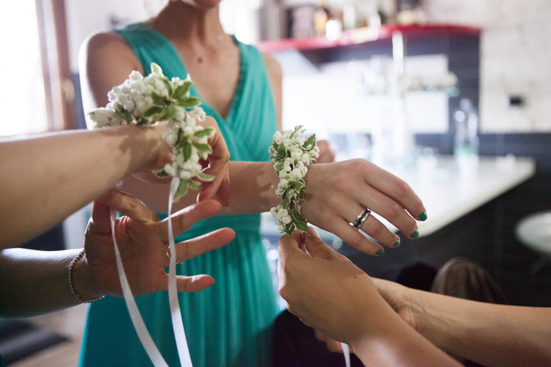 bracciale di fiori per le testimoni