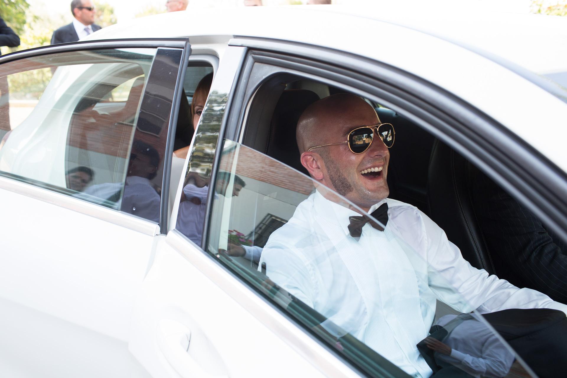 lo sposo si gode la macchina