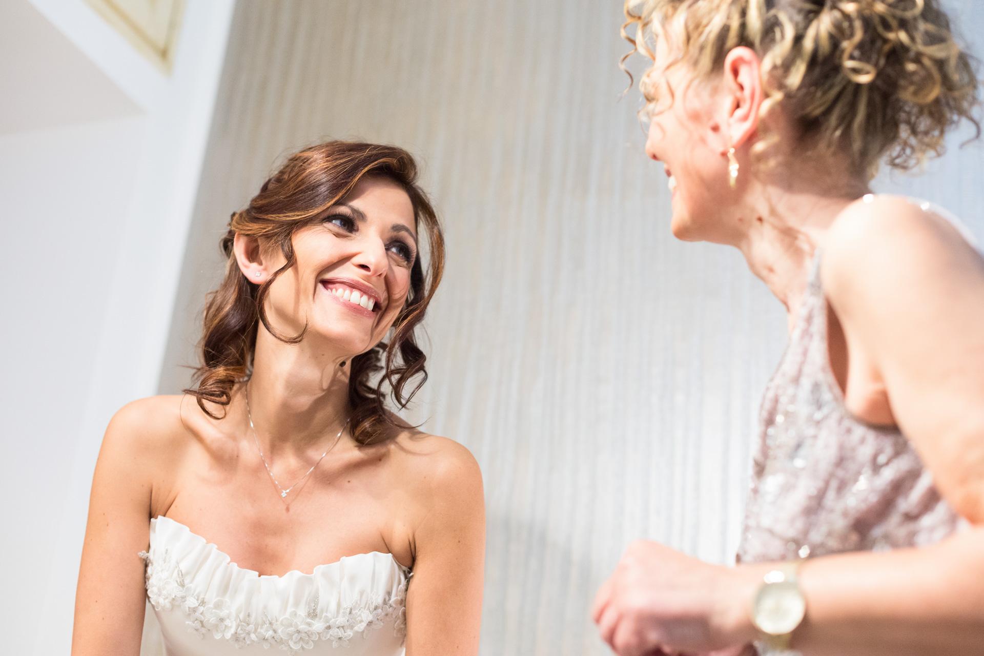 sguardo d'intesa con la mamma della sposa