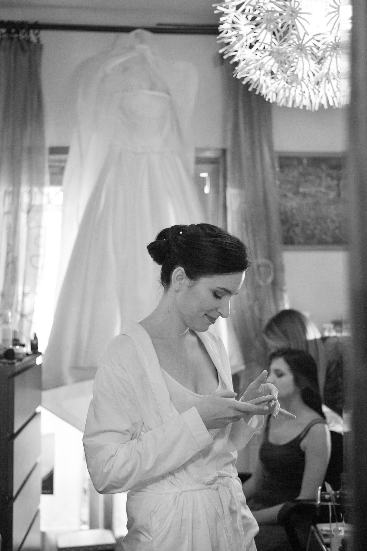 la sposa, il cellulare e il vestito