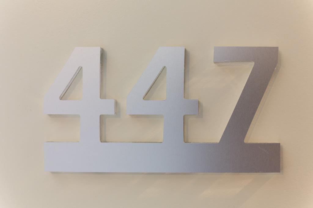 Fotografia d'interni: dettaglio del numero di camera dell'Hotel Indipendenza. copyright © _nf
