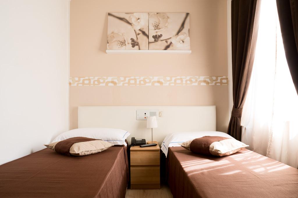 Fotografia d'interni: camera doppia dell'Hotel Indipendenza. copyright © _nf