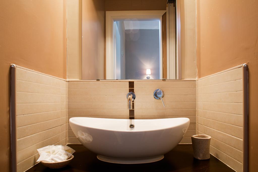 Fotografia d'interni: lavandino in un bagno dell'Hotel Indipendenza. copyright © _nf