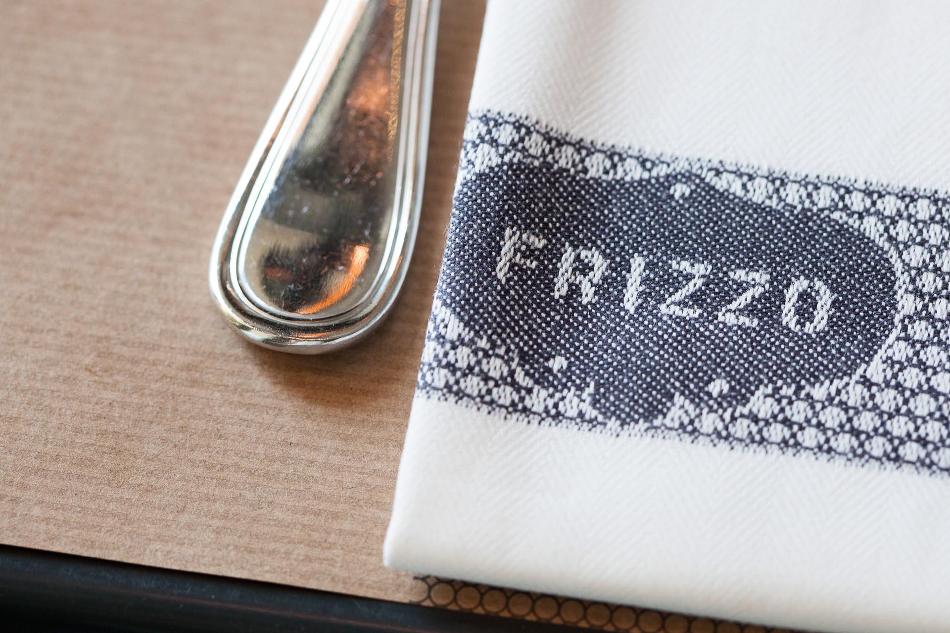 Fotografia d'interni: dettaglio della mise en place di Frizzo, ristorante a Roma