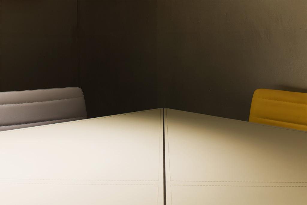Fotografia d'interni: sala riunioni 432 professionisti, dettaglio tavolo. copyright © _nf