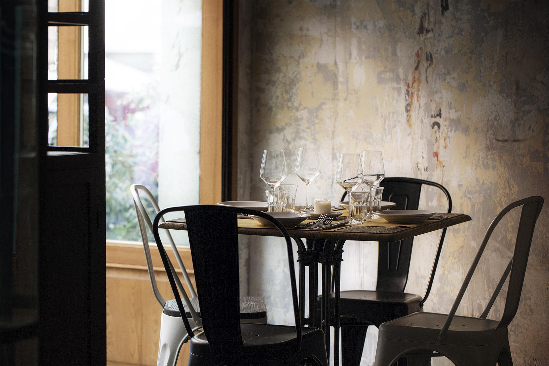 Fotografia d'interni: dettaglio del tavolo del Bar del Fico, Roma