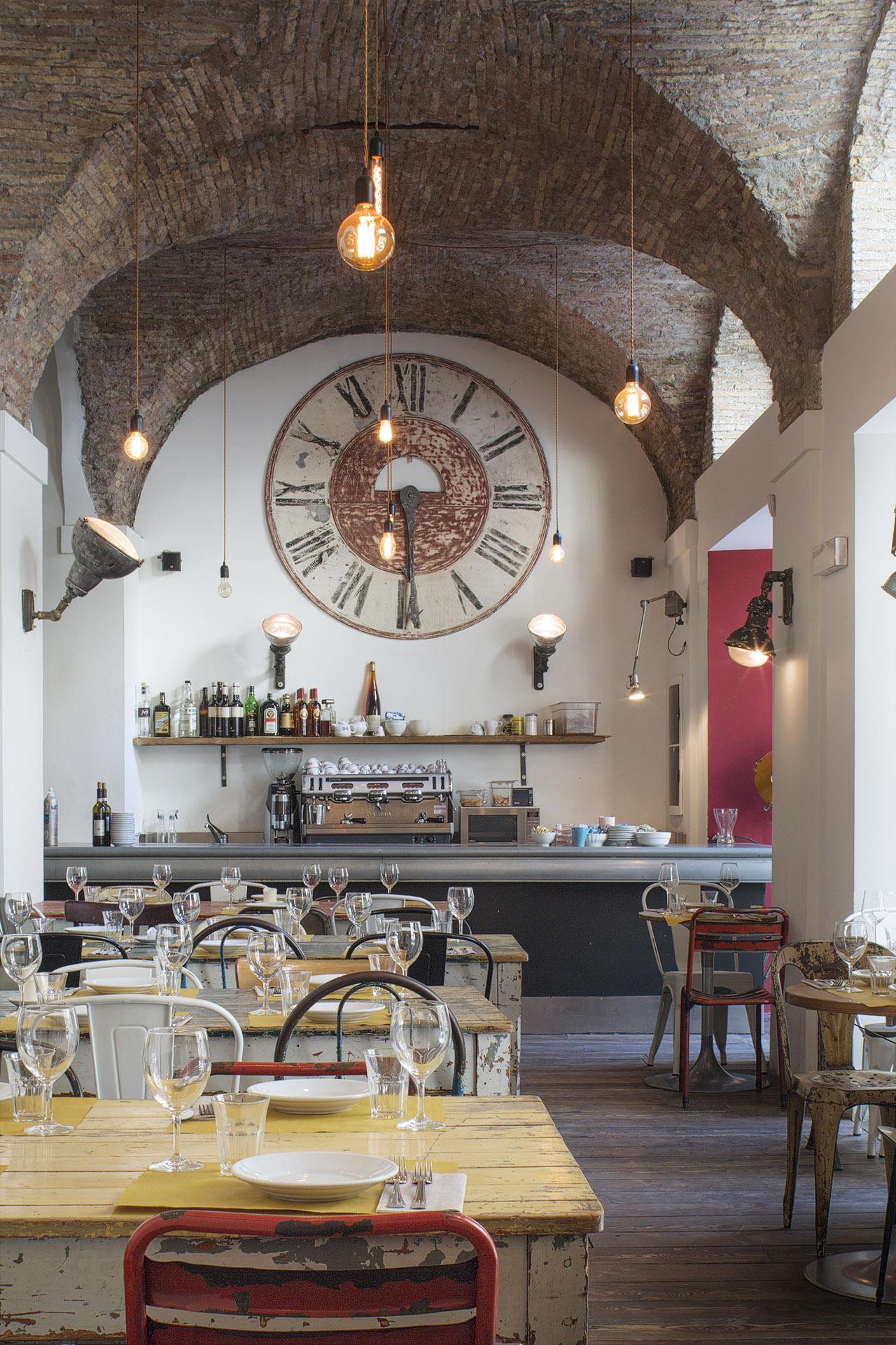 Fotografia d'interni: il ristorante del Bar del Fico, Roma