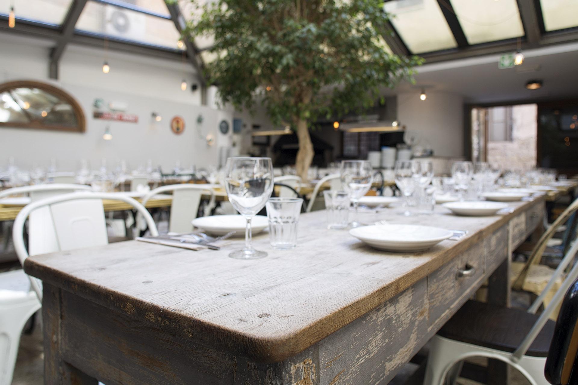 Fotografia d'interni: dettaglio del tavolo del ristorante del Bar del Fico, Roma