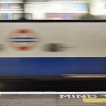 London underground train moves in front of mind the gap signal - Quando si parte per pochi giorni e si vogliono realizzare delle fotografie il più grande problema è quale obiettivo portare in viaggio?